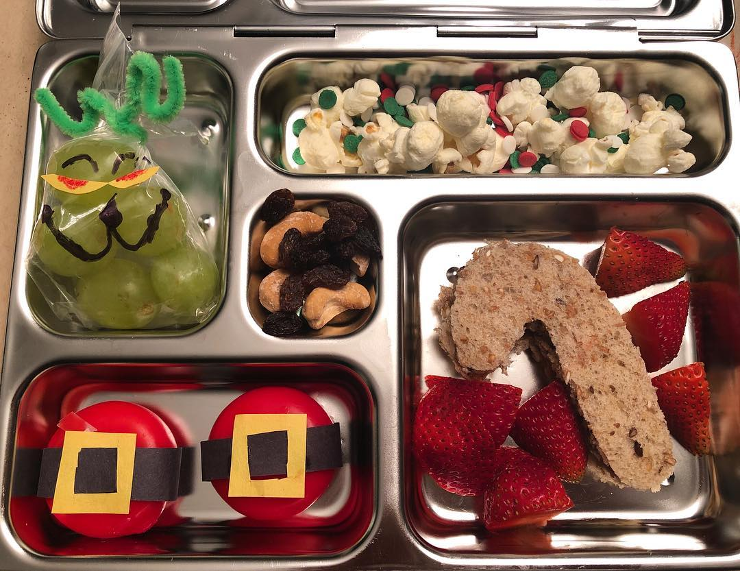 Last lunch of 2018! My son always says his favorite part of school is lunch and I love a good theme, so here we are. I went with @babybelus cheese Santa belts grapes, popcorn with sprinkles, candy cane (sun butter and honey) sandwich and reindeer food (cashews and raisins) in the middle. I hope he loves it more than I loved cutting out those tiny belt buckles
